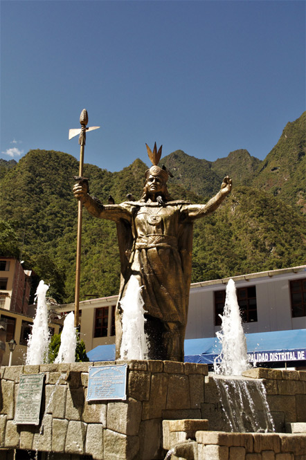 The statue of Pachacutec in Aguas Calientes being attended by pigeons.